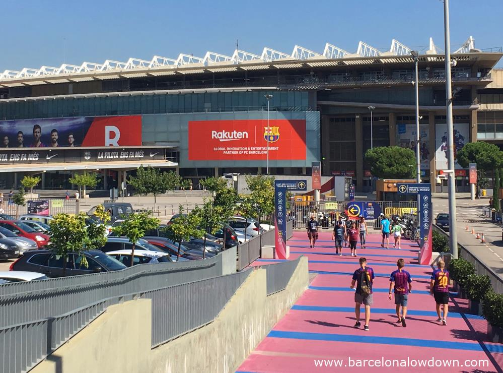 Barça fans approaching the Camp Nou stadium from gate number 15, you can see signs which guide you to the museum.